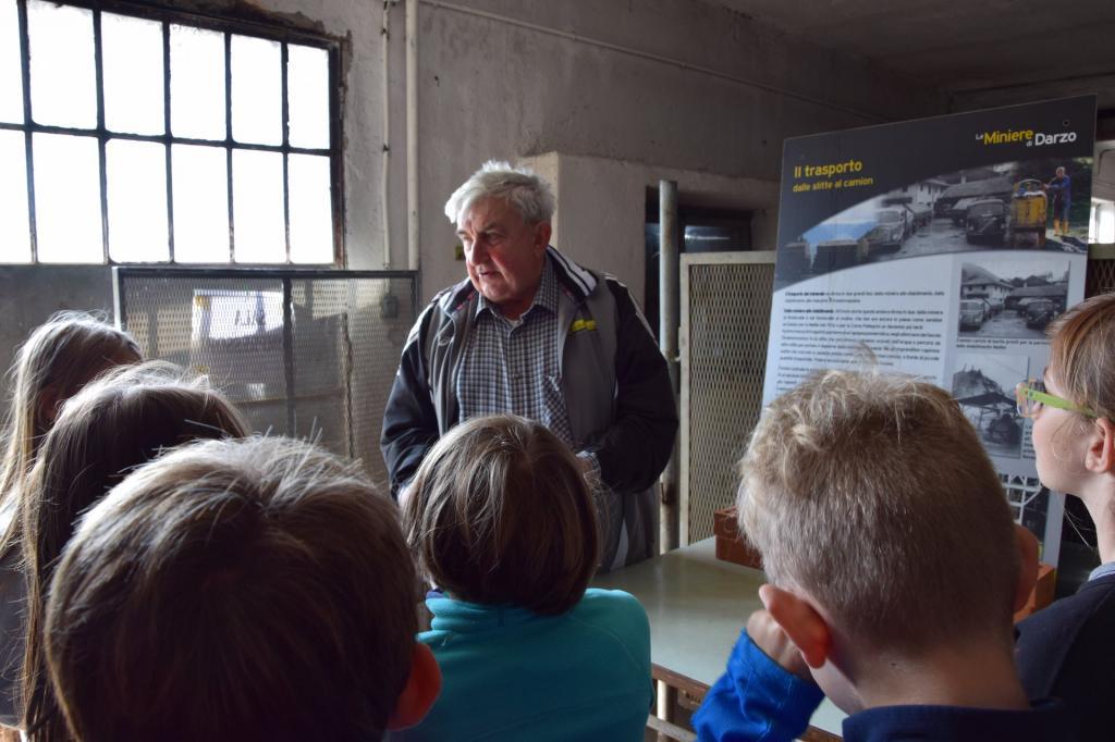 visita scuole Miniere Darzo Officina con Ermanno che spiega sett2019